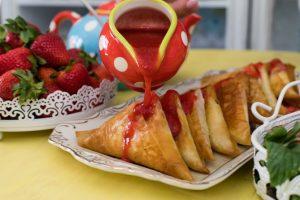Τυροπιτάκια γλυκά με σάλτσα φράουλας