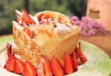 τούρτα από κρέπες με κρέμα τυριού και φράουλες!