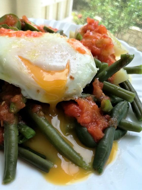 Φασολάκια με κολοκύθια πατάτες ντομάτα και αυγά