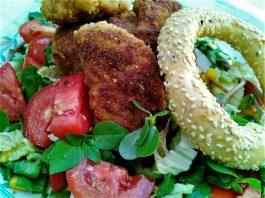 Σαλάτα με σνίτσελ κοτόπουλου